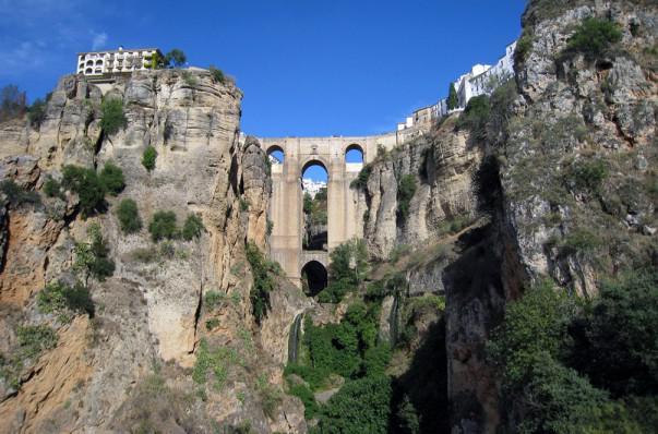 Puente Viejo de Ronda que separa en dos partes el pueblo   Foto: Versae
