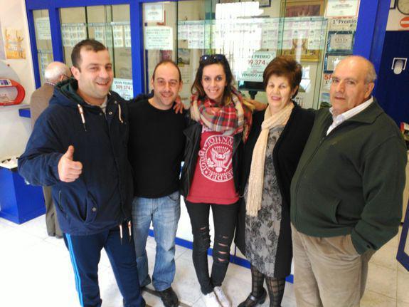 Foto de los tres agraciados junto con los loteros