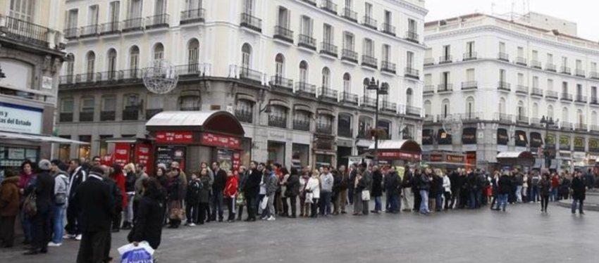 Largas colas en Madrid para adquirir un décimo de lotería. Foto: Twitter.