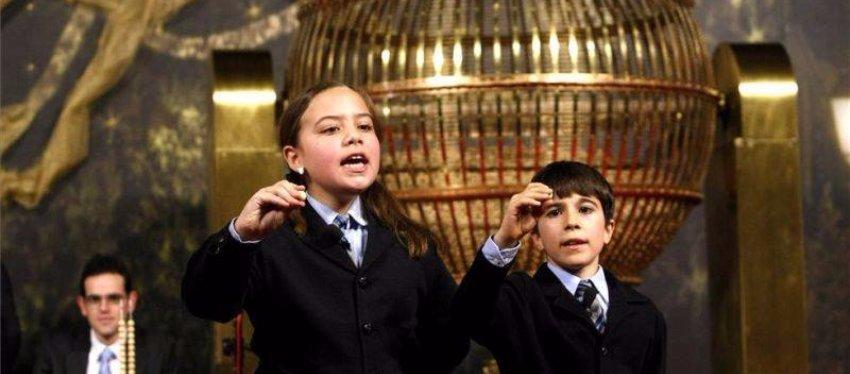 Los niños de San Ildefonso calientan sus gargantas