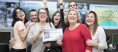 Los afortunados que sí compraron el décimo en el área de Movilidad del Ayuntamiento de Málaga. Foto: OM.