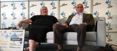 Lesley y Fred, tras convertirse por fin en millonarios. Foto: Twitter.