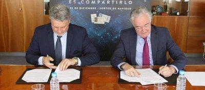 Jesús Huerta y Julián García firman el acuerdo. Foto: AS.