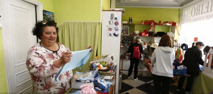 Ángela vende las últimas existencias de su mercería. Foto: La Voz de Galicia.