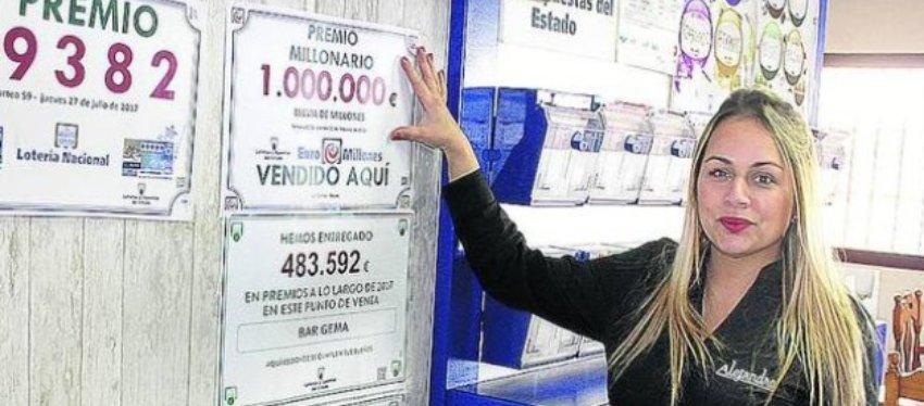 Una de las empleadas del bar Jema exhibe un premio que ha ido a manos de Hacienda. Foto: Diario de Burgos.