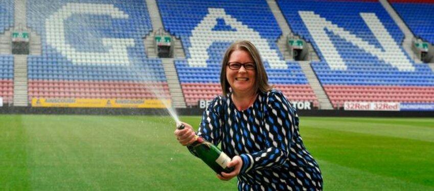 Ruth Breen celebró su victoria en el campo de su equipo favorito. Foto: Manchester Evening News.