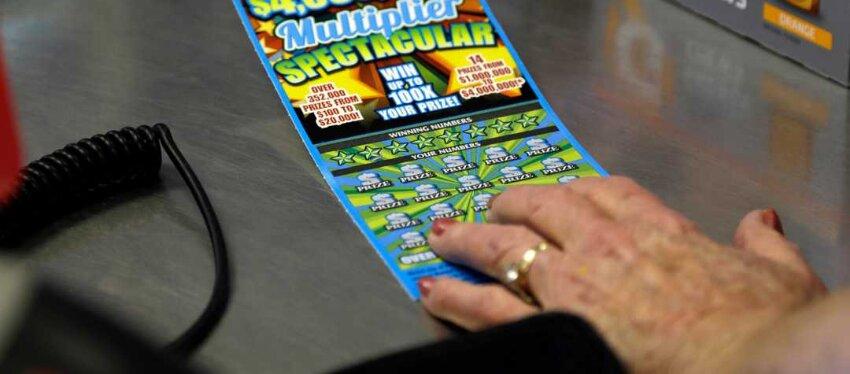 Juega a la lotería por primera vez a sus 83 años y gana 40.000 dólares