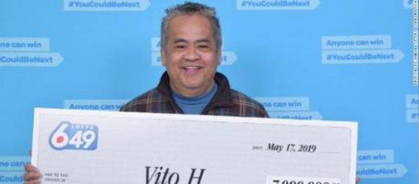 El agraciado posa con su cheque de 7 millones de dólares canadienses.