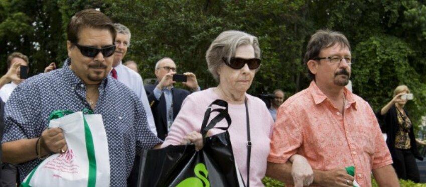 Gloria Mackenzie junto a su hijo (derecha) al que ahora ha demandado.