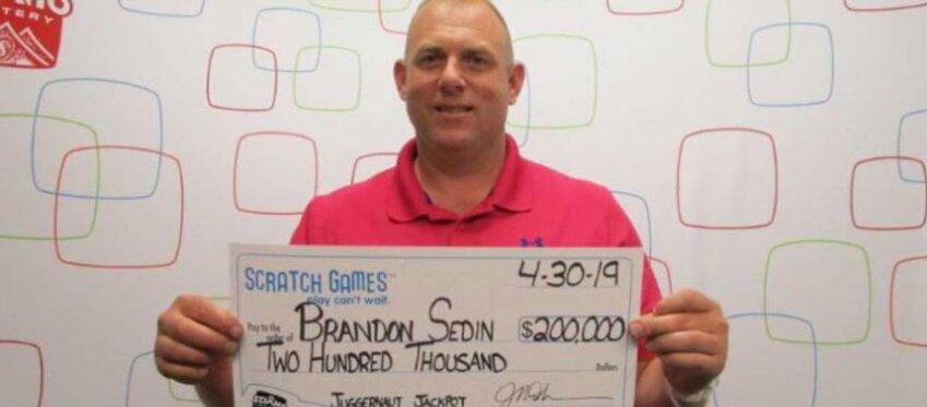 El karma le recompensa: ayuda a un sintecho y gana la lotería