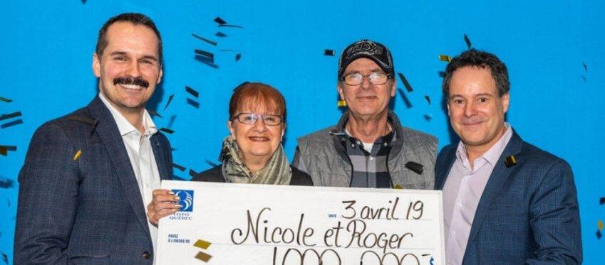 El matrimonio Pedneault-Larocque posa con el cheque ganador.