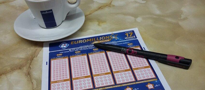 Un hombre recibe el premio de Euromillones 8 años después de ganarlo