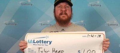 Un estadounidense pide un cheque gigante tras haber ganado un dólar en la lotería