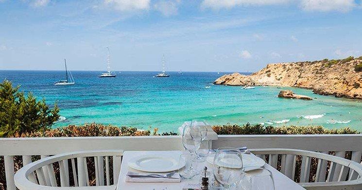 Cala Tarida en Ibiza es un lugar para unas vacaciones perfectas