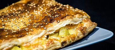 Empanada de patata, salmón ahumado y aguacate