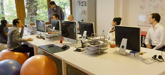 Cambiar la silla del trabajo por un fitball puede mejorar tu salud