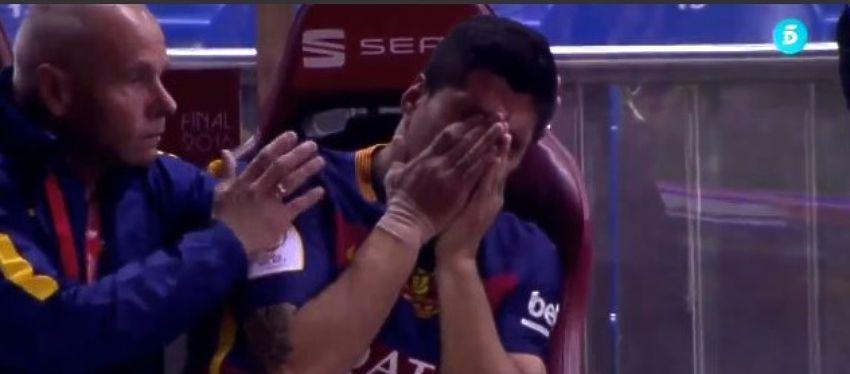 Suárez llora desconsoladamente en el banquillo tras la lesión. Foto: Telecinco.