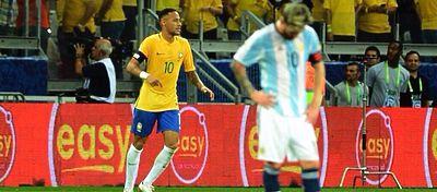 Neymar sonríe y Messi no levanta cabeza con su selección. Foto: Twitter.