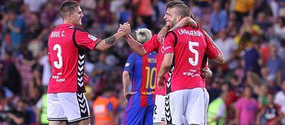 El Alavés celebra su victoria ante el Barça, la primera en su regreso a Primera. Foto: Twitter.