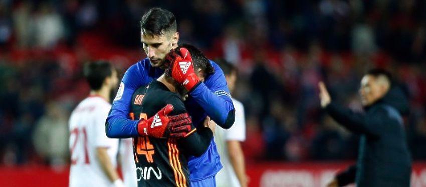Sergio Rico tuvo que consolar a Gayá tras el pitido final. Foto: Twitter.