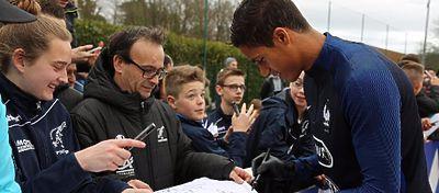 Varane atiende a los aficionados en una concentración con Francia. Foto: Instagram.