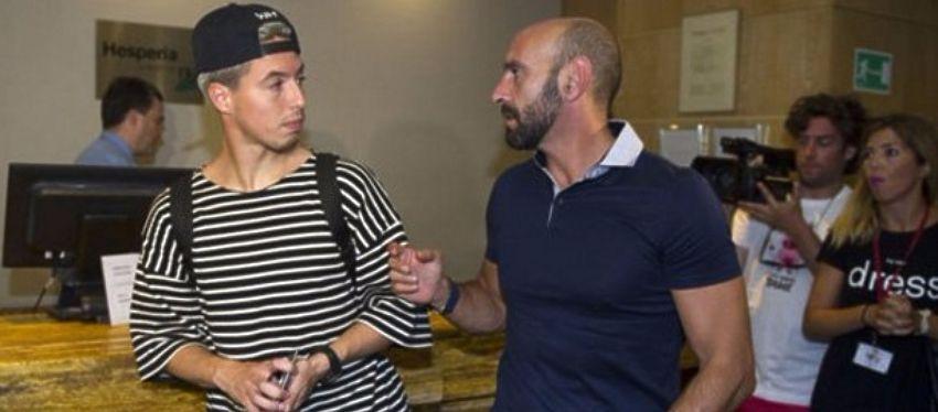 Monchi recibió a Nasri en su llegada a Sevilla. Foto: Twitter.
