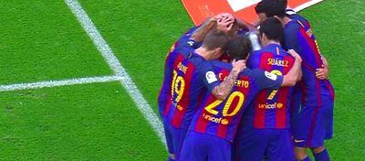 Los aficionados pagaron la actuación arbitral con el lanzamiento de una botella en la celebración del Barça. Foto: Twitter.