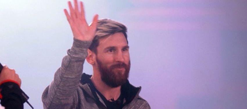 Messi saluda a los aficionados en el acto de 'Adidas'. Foto: Twitter.