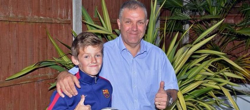 Spencer posa orgulloso con su padre. Foto: Mirror.co.uk.