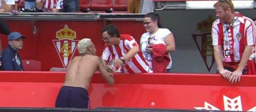 El momento en el que Neymar regala su camiseta a un aficionado del Sporting. Foto: Liga Santander.