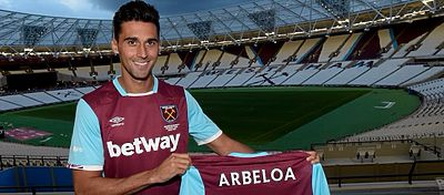 Arbeloa posa con la camiseta del West Ham. Foto: West Ham.