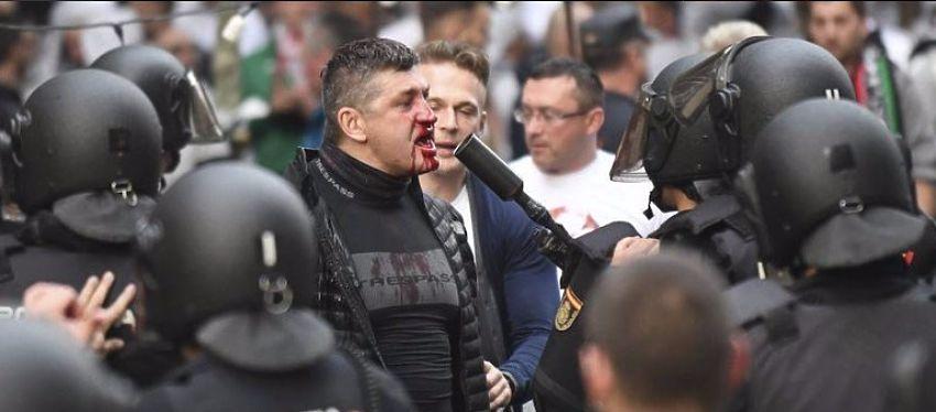Los enfrentamientos entre los aficionados del Legia y la policía dejaron numerosos heridos. Foto: @hoyextremadura.