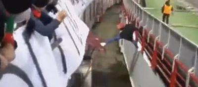 El aficionado ruso tiró de ingenio para superar el foso del estadio en su huida. Foto: Youtube.