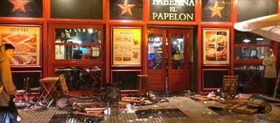 Así quedaron las calles de Sevilla tras el enfrentamiento entre ambas aficiones. Foto: El Desmarque.