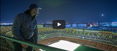 Two youtubers sneak into the Camp Nou climbing over the facade