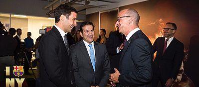 Raúl González, junto al vicepresidente Cardoner. Foto: FC Barcelona.