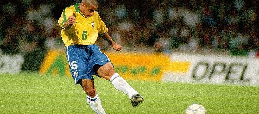 Roberto Carlos asombró al mundo entero con su gol de falta con la selección de Brasil. Foto: Trivela.