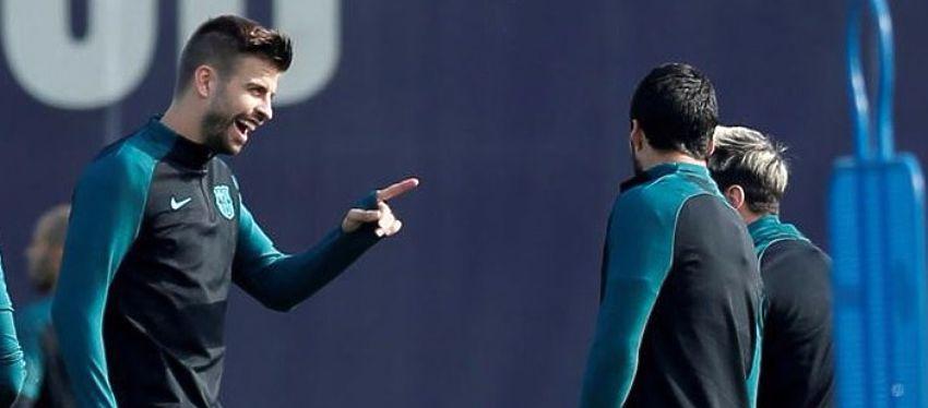 Piqué broma con Suárez durante el entrenamiento. Foto: Twitter.
