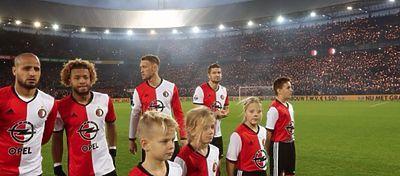 Parte de la grada del Stadion Feyenoord se inundó de bengalas en homenaje a Vilhena. Foto: Twitter.
