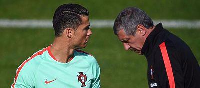 Cristiano Ronaldo conversando en un entrenamiento con el técnico | Foto: @selecaoportugal