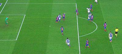 Juanmi ni siquiera estaba en línea con Piqué cuando Vela dispara a puerta. Foto: LaLiga TV.