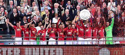 La plantilla del Manchester United recibiendo el título Community Shield