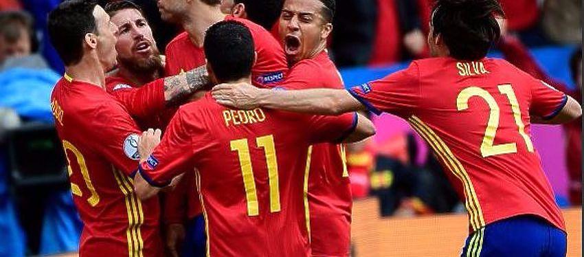 Jugadores de España celebrando un gol | Foto: @_Pedro17_