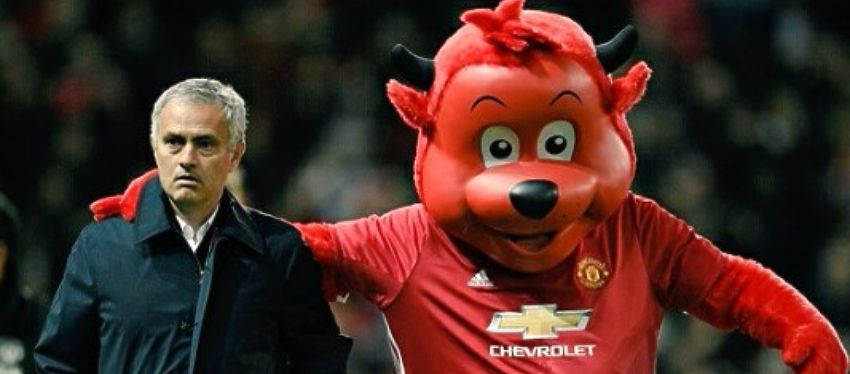Mourinho, junto a la mascota del Manchester United. Foto: Twitter.