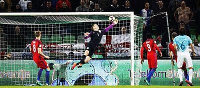 Joe Hart voló para salvar a Inglaterra. Foto: @spherasports.