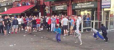 Hinchas Ingleses tirando monedas a niños gitanos en Lille: Foto: Youtube