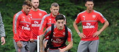 Héctor Bellerín se ejercita durante un entrenamiento con el Arsenal. Foto: Twitter.