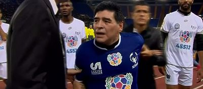 Maradona y Verón tuvieron que ser separados en el partido por la Paz