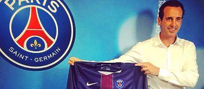 Unai Emery posa con la camiseta del Paris Saint Germain durante su presentación. Foto: Instagram.