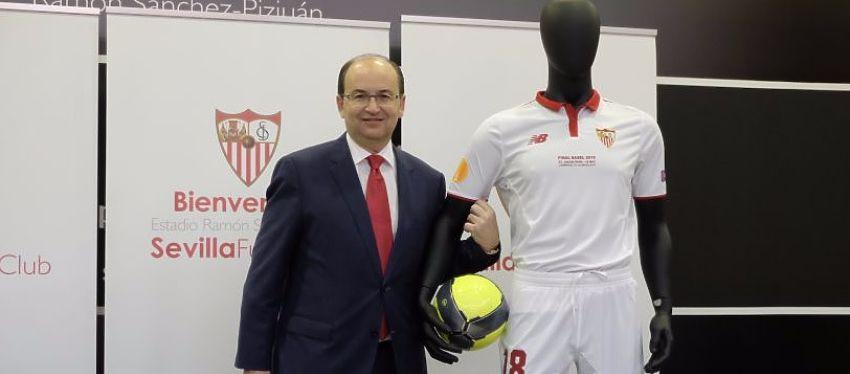 El presidente del Sevilla posando con las equipaciones para la final. Foto: Sevilla FC
